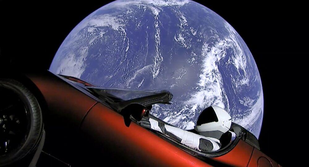 SpaceX Lança foguete Falcon Heavy com o carro Tesla Roadster