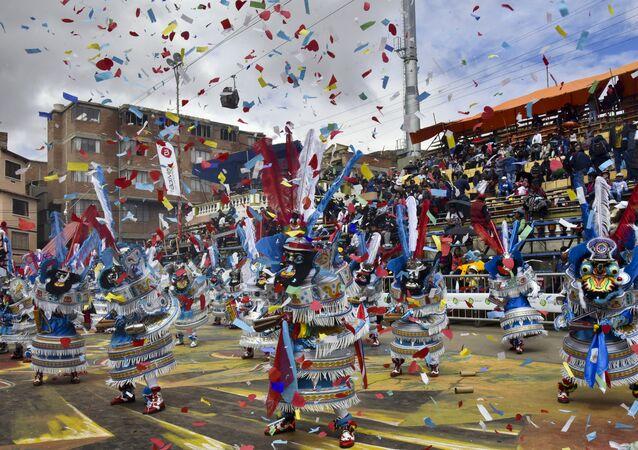 Foliões participam de uma festa no Carnaval de Oruro, na Bolívia