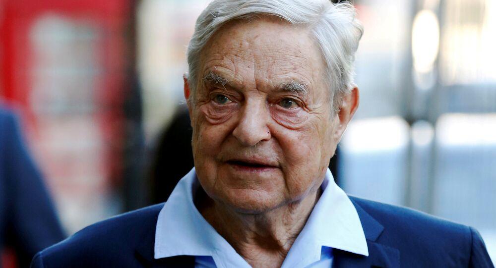 Bilionário George Soros falando no Clube Aberto Russo (Open Russia Club) em Londres