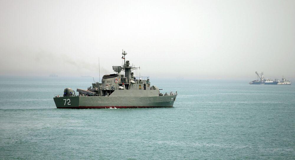 Navio de guerra iraniano Alborz no Estreito de Ormuz