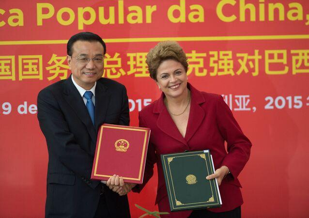 A presidenta brasileira Dilma Rousseff com o primeiro-ministro chinês, Li Keqiang, durante assinatura de atos