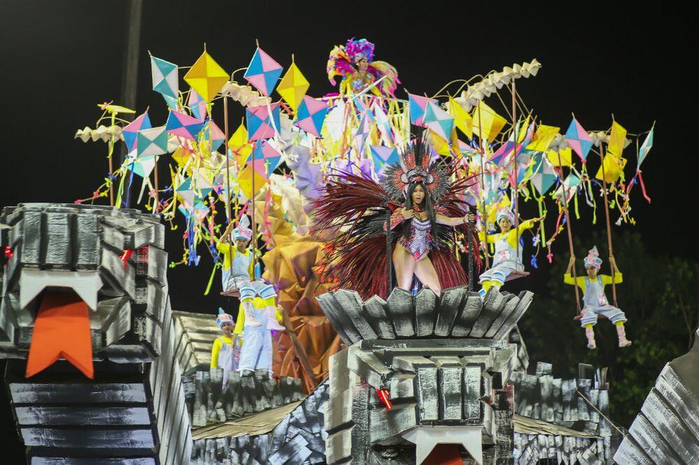 São Clemente realizou um desfile sobre os 200 anos da Escola de Belas Artes