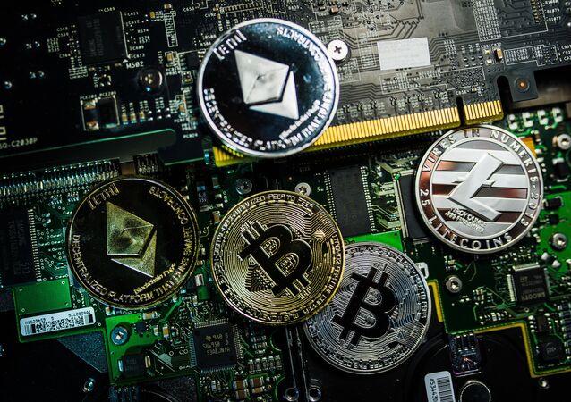 Souvenir de moedas com os logotipos das criptomoedas bitcoin, litecoin e ethereum