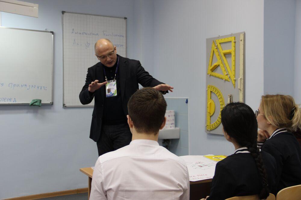 Dmitry Volkov, vice-chefe do governo da região de Khabarovsk para as questões do desenvolvimento integrado, realiza uma aula aberta na escola Nº 9 de Sochi