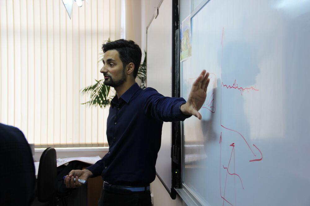 Valery Astanchuk, gerente do campo infantil Khaglar e participante do concurso, realiza uma aula aberta na escola Nº 9 de Sochi