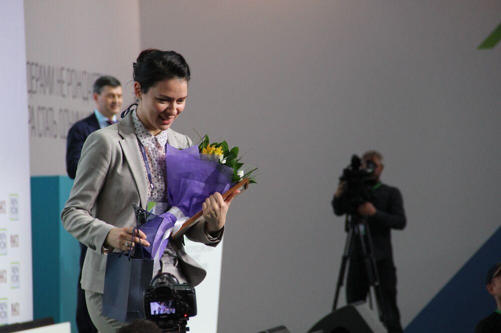 Veronika Prischepa, empresária do povoado de Narastannoe, recebe título de vencedora do concurso Líderes da Rússia