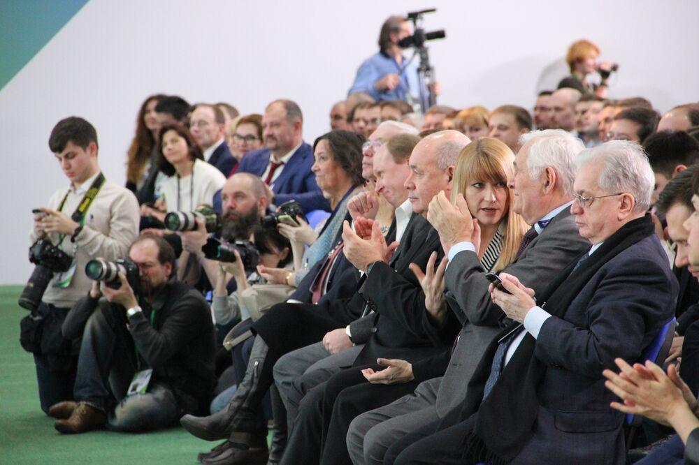 Membros do Conselho de Supervisão, inclusive a ex-atleta russa Svetlana Zhurova, atendem a cerimônia de premiação dos vencedores do concurso Líderes da Rússia, em Sochi