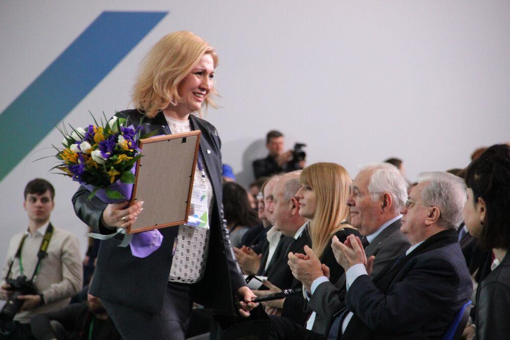 Elena Zaitseva, funcionária do banco VTB em Novossibirsk, recebe título de vencedora do concurso Líderes da Rússia