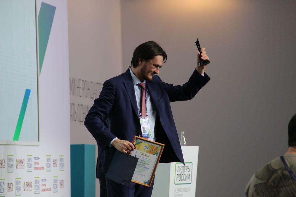 Konstantin Tulupov, funcionário da corporação Rosatom e 1º no ranking do concurso Líderes da Rússia, recebe o prêmio