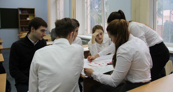 Alunos cumprindo a tarefa de um participante durante uma aula aberta