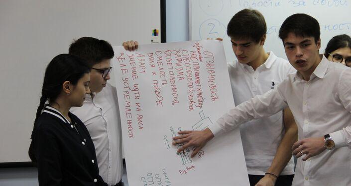 Alunos apresentam seu projeto durante uma aula aberta no campo do concurso Líderes da Rússia