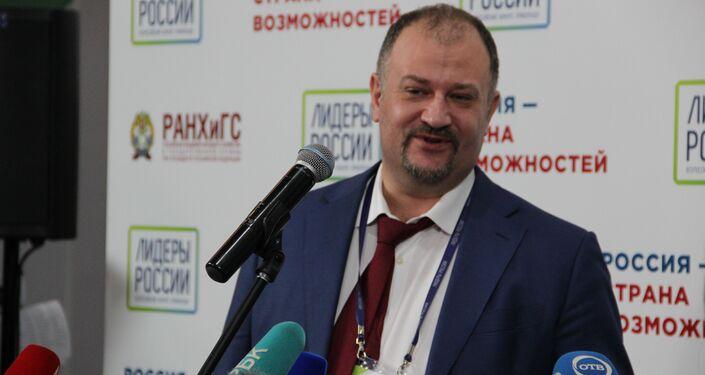 Pavel Bezruchko, especialista principal de avaliação do concurso, fala com a imprensa após a cerimônia de premiação