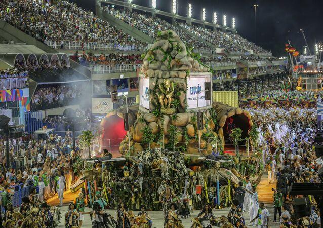 Uma das mais tradicionais escolas do Rio, a Beija-Flor cantou Monstro é aquele que não sabe amar! Os Filhos abandonados da Pátria que os Pariu, com forte crítica ao momento político enfrentado pelo Brasil.