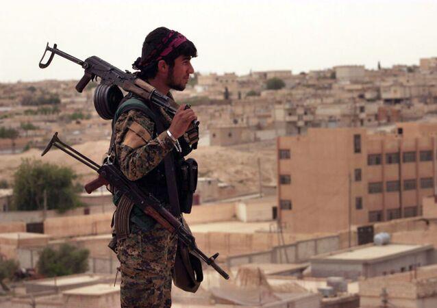 Militante das Forças Democráticas da Síria