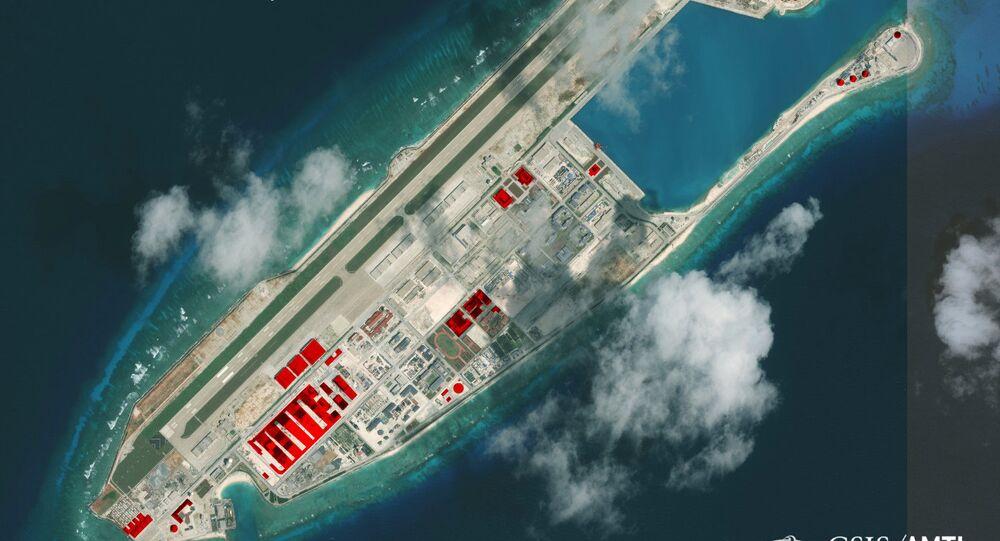 Imagem de satélite mostrando o recife de Fiery Cross no arquipélago Spartly no mar do Sul da China, onde Pequim teria construído instalações em 2017, segundo o Centro de Estudos Estratégicos e Internacionais (CSIS)