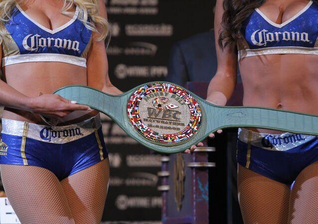 Cinturão demonstrado durante coletiva de imprensa com boxeador Floyd Mayweather Jr. e lutador de MMA Connor Mcgregor, Las Vegas