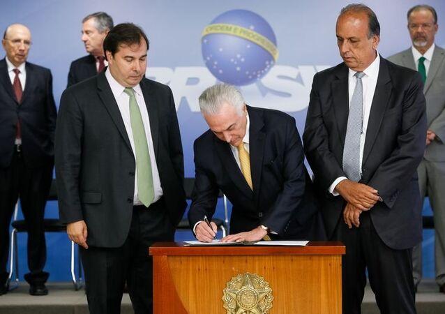 Temer assina decreto de intervenção no Rio de Janeiro