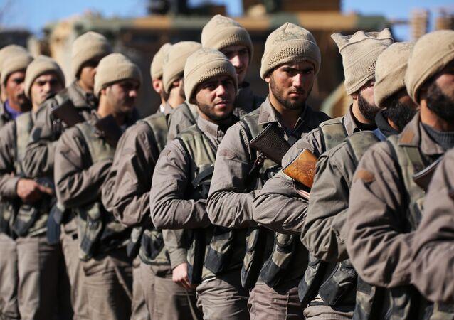 Rebeldes sírios apoiados pela Turquia no norte de Azaz, Síria