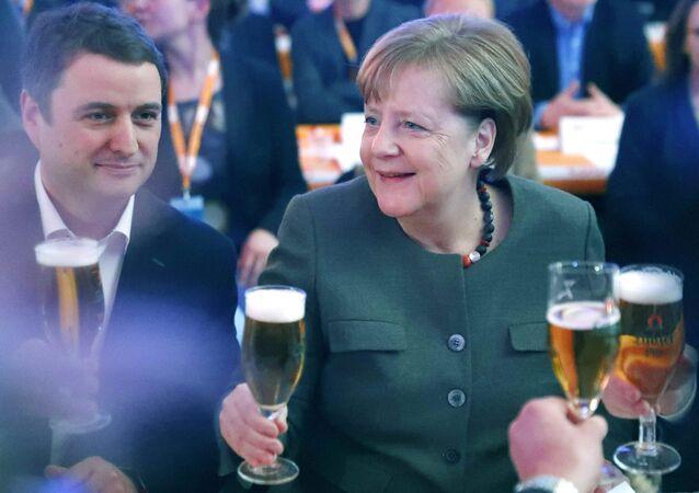 Chanceler alemã, Angela Merkel, segura um copo de cerveja durante uma reunião da União Democrata-Cristã, na Alemanha