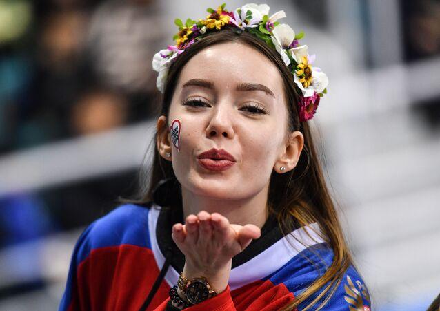 Menina assiste o jogo entre equipes femininas da Rússia e Canadá