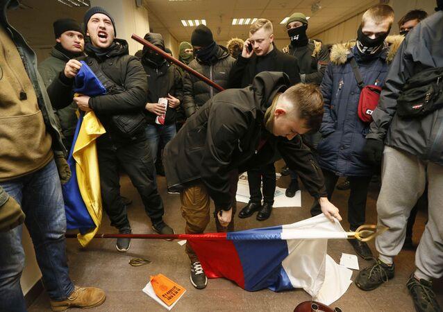 Ativistas e simpatizantes de partidos nacionalistas ucranianos, além de movimento, protestam contra a presença do Centro Russo para a Ciência e a Cultura, em Kiev. Os manifestantes jogaram pedras e ovos contra o centro, além de quebrarem as janelas. Foto de 17 de fevereiro de 2018.