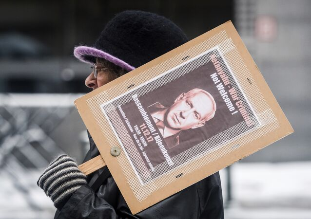 Uma mulher segura cartaz de protesto durante uma visita do primeiro-ministro israelense, Benjamin Netanyahu, na sede da UE em Bruxelas, na segunda-feira, 11 de dezembro de 2017.