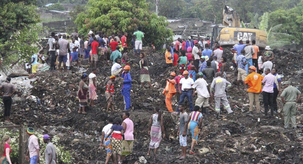 Equipe de busca e resgates e voluntários tentam encontrar sobreviventes sob detritos de Hulene, nos arredores de Maputo