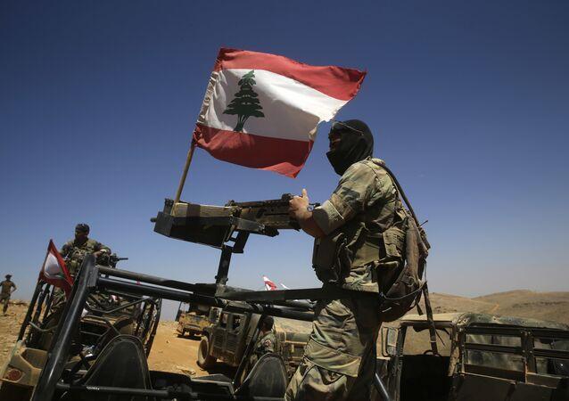 Soldados libaneses sobre o veículo blindado (foto de arquivo)