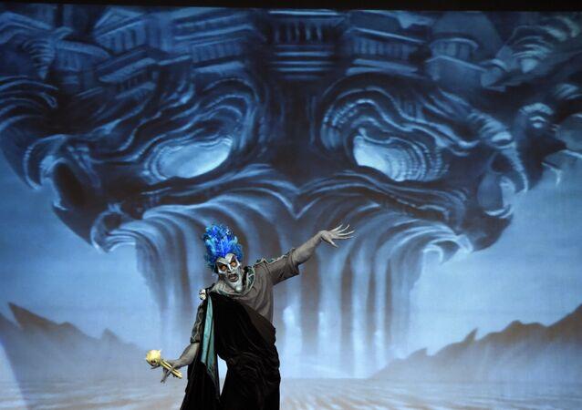 Participante Jose Davalos desempenha papel de Hades durante competição anual de trajes, Califórnia