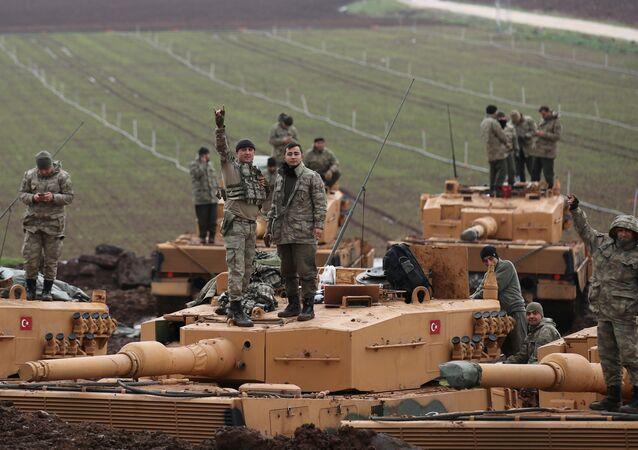 Soldados turcos na província de Hatay, na fronteira entre a Turquia e Síria