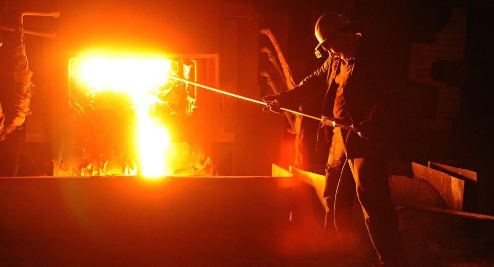 Operário em fundição de aço (Arquivo)