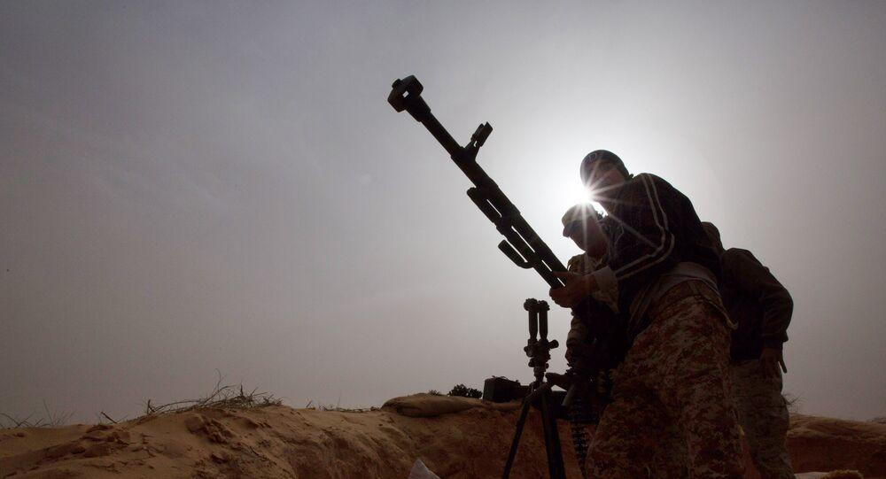 Soldados da Líbia instalam arma para combater militantes em Al-Ajaylat, perto de Trípoli, Líbia (arquivo)
