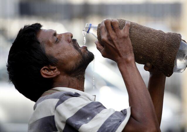 Homem bebe água