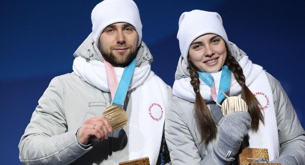 Anastasiya Bryzgalova e Alexander Krushelnitsky durante a cerimônia de premiação em Pyeongchang, 2018