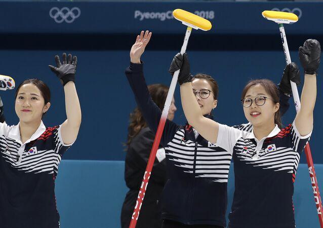 Equipe de curling sul-coreana depois de vencer a partida contra Dinamarca, durante os Jogos Olímpicos de Inverno