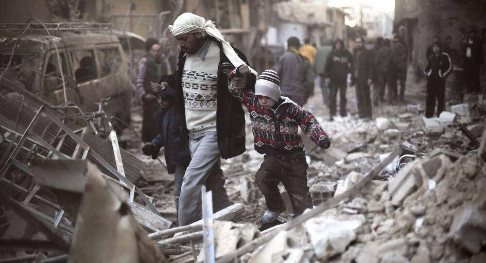 Homem com crianças em Ghouta Oriental