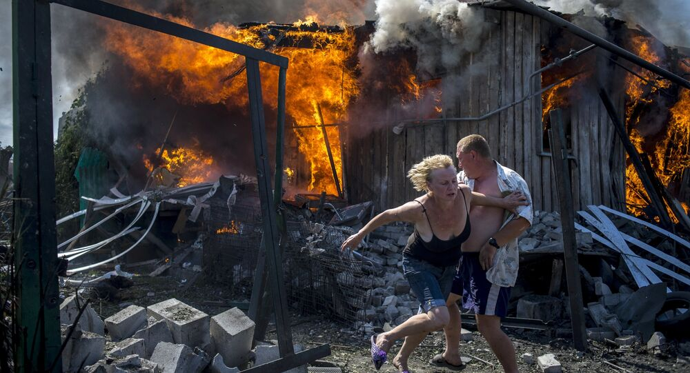 Civis deixam suas casas após bombardeios do exército ucraniano na república de Lugansk (arquivo)