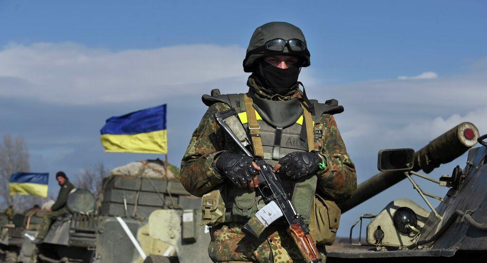 Soldado ucraniano guarda veículos armados (foto de arquivo)