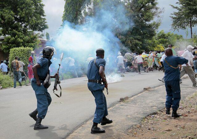 Confrontos entre policiais e manifestantes em 13 de maio, durante protesto, em Bujumbura, contra a candidatura de Nkurunziza a um terceiro mandato