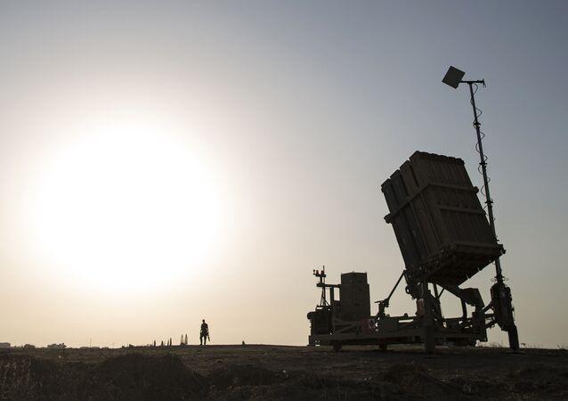 Soldado israelense junto ao sistema de defesa antiaérea Cúpula de Ferro (Iron Dome) perto da cidade de Sderot, Israel