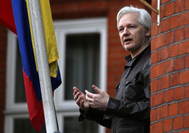 O fundador da Wikileaks, Julian Assange, falando na varanda da embaixada do Equador em Londres (Foto de arquivo)
