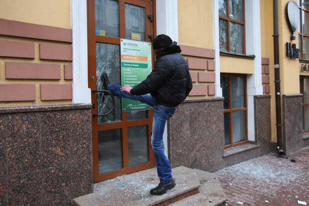 Radical ucraniano vandaliza o edifício da filial do banco russo Sberbank no centro de Kiev