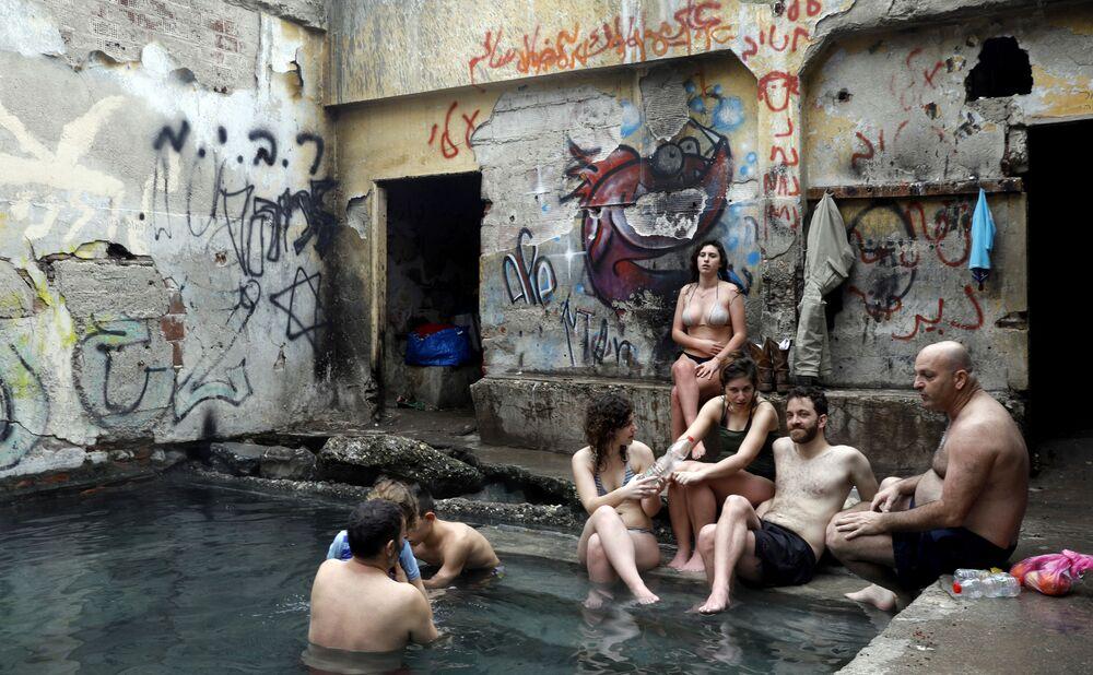 Israelenses em uma piscina de água termal nas Colinas de Golã, territórios junto à fronteira com a Jordânia ocupados por Israel