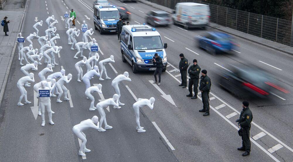 Ativistas da Greenpeace se manifestando contra os efeitos nocivos do diesel, na Alemanha