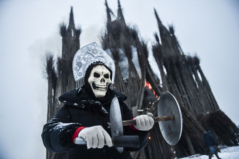 Participante dos festejos da Maslenitsa, festa pagã russa que marca a despedida do Inverno, na região de Kaluga