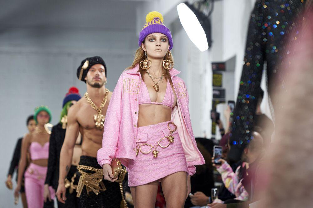 Modelos apresentam novas peças da marca Nicopanda durante a semana de moda em Londres