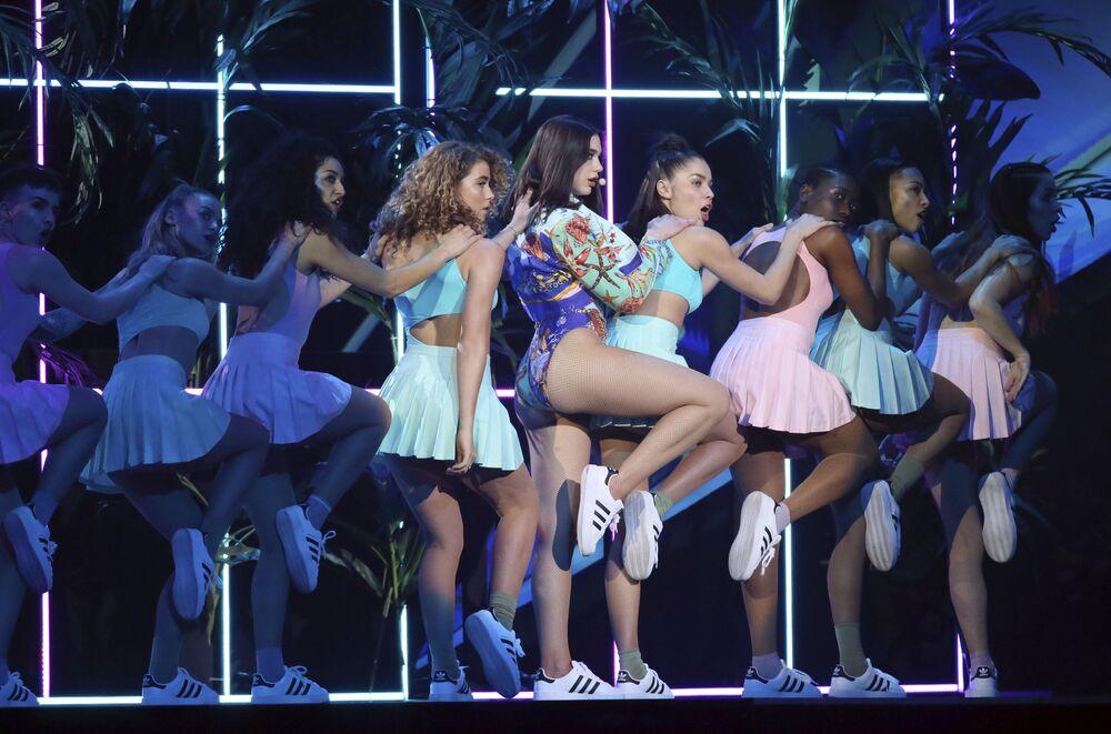 Cantora Dua Lipa durante o show Brit Awards 2018, em Londres
