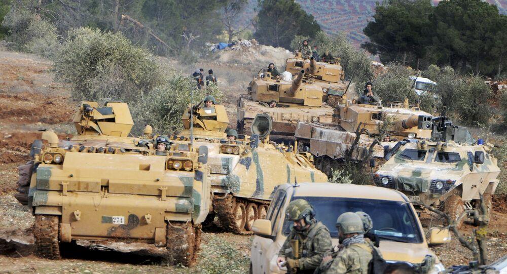 Tropas turcas na colina Bursayah, que separa Afrin de Azaz