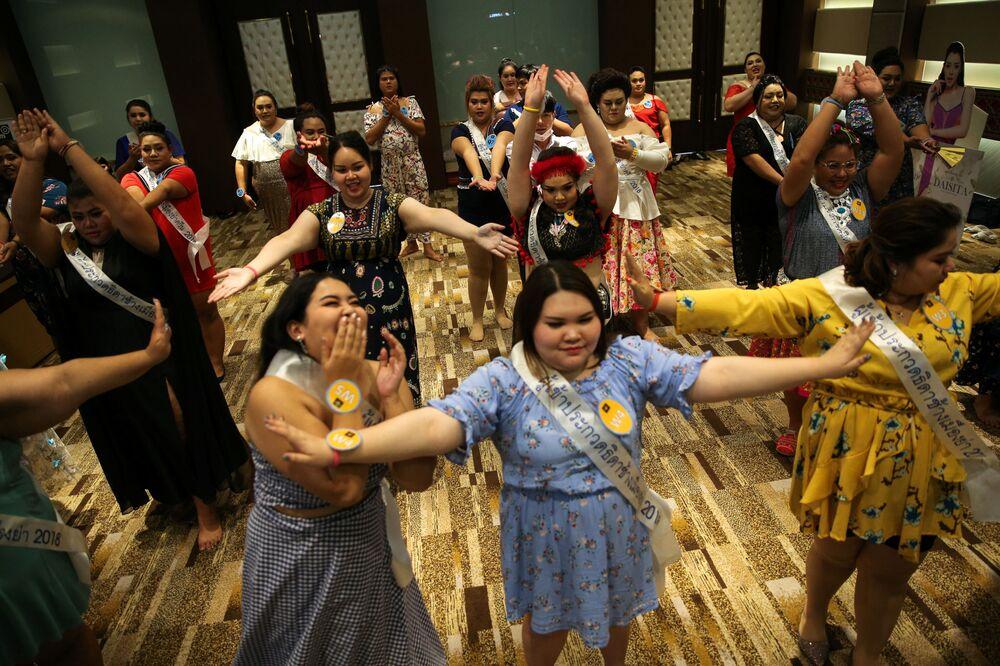 Competidoras do concurso de beleza para mulheres corpulentas Miss Jumbo 2018, participam de uma sessão espiritual no hotel nas vésperas da final
