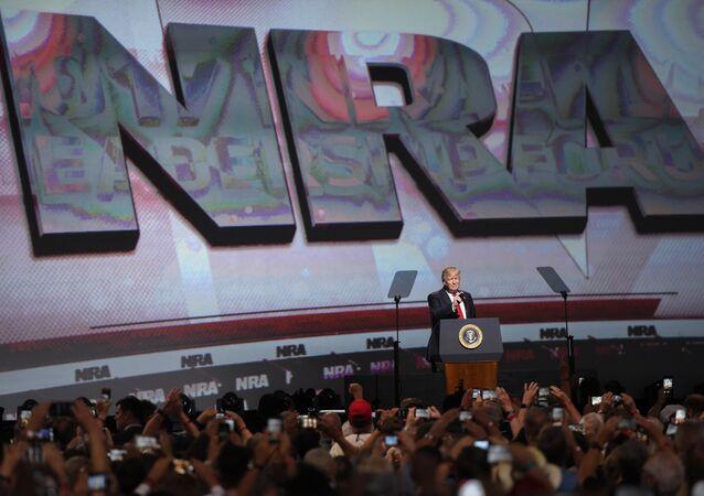 Donald Trump discursando em evento da NRA em 2017.